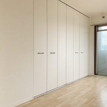 洋室、窓とは逆側の壁はほとんどの面積がクローゼット。(※写真は3階の反転間取り別部屋のものです)