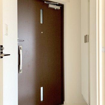 シューズボックスの扉に姿見付いてます。(※写真は3階の反転間取り別部屋のものです)