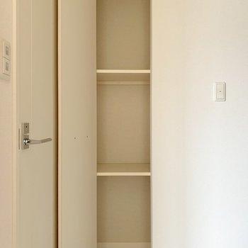 玄関部分にちょっとした収納。(※写真は3階の反転間取り別部屋のものです)