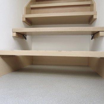 階段下にスペースがあるので、靴はここにしまうのがいいかな※写真は前回募集時のものです