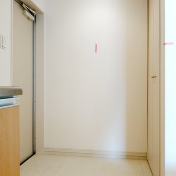キッチン横の玄関。土間が広いので何足かは置いたままでもいいかも。