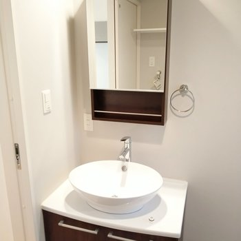 洗面ボウルがのった雰囲気のある洗面台。