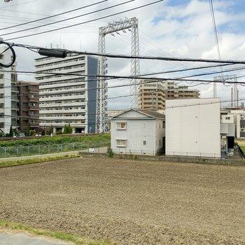 西鉄と新幹線の線路がみえます。田んぼがひろがる、のどかな住宅街。