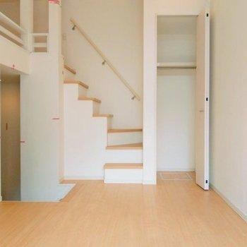 クローゼットは丈の長い服が掛けられます階段を登ってロフトへ。