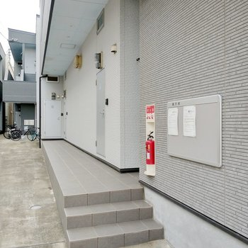小さな階段を上がって、1番奥の角部屋です。