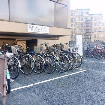 【共有部】駐車場奥に駐輪場もありました。