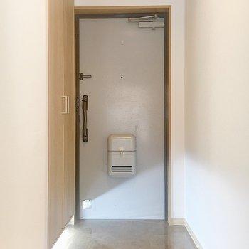玄関には足元にセンサーライトがありました。