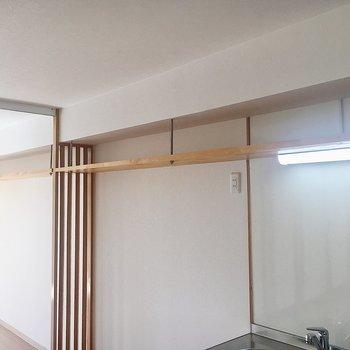 キッチンから洋室にかけて棚上収納があります。