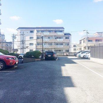 【共有部】広〜い駐車場があります。