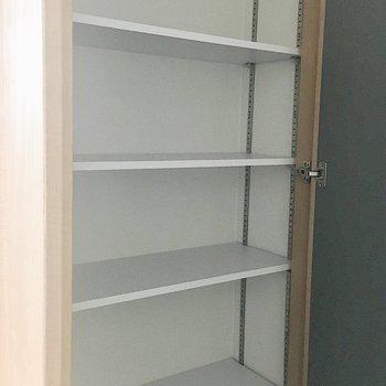 シューズボックスは棚幅が替えられますよ〜。
