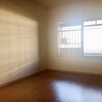 【洋室2】窓からは共有部の廊下が見えるのでカーテンを付けてくださいね。