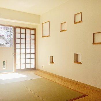 【和室】畳の敷き方が独特!ぽつぽつ小窓が可愛らしいですね。