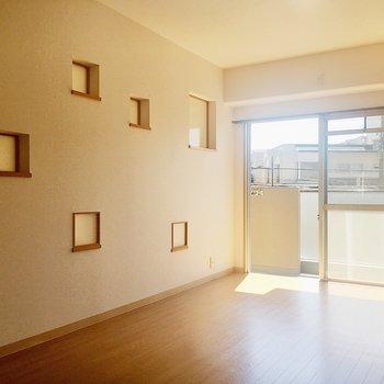 【洋室1】和室と隣合わせのなので小窓はお揃いです。くぼんでいるところには小物を置けますよ◎