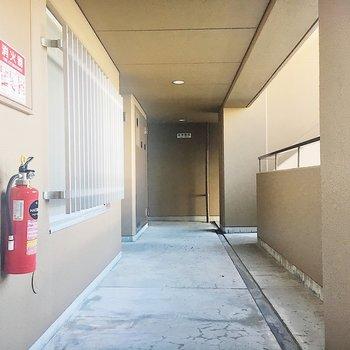 【共有部】廊下の幅は広めなのでベビーカーや車椅子も通れますよ。