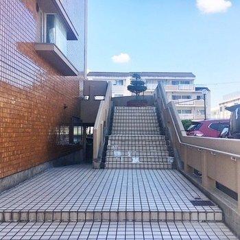 【共有部】道路からすぐ、大階段がお出迎え。