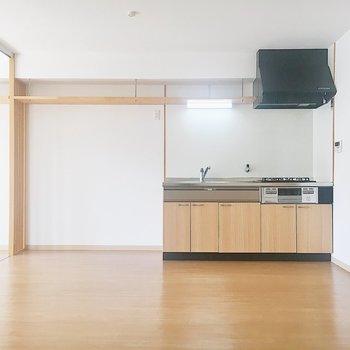 【LDK】キッチン横には冷蔵庫や食器棚をどうぞ。