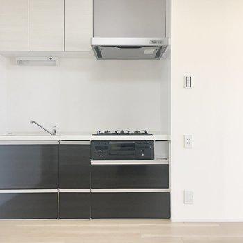キッチンはクールなブラック。