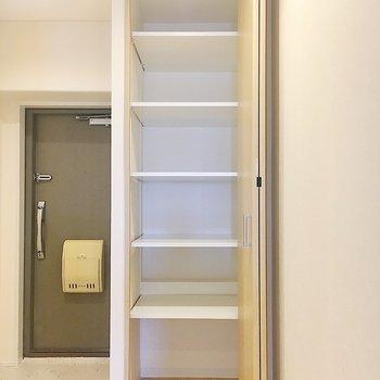 【廊下】そしてもうひとつの収納。掃除道具など入れてもいいかも。