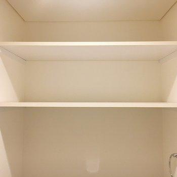 上部に収納棚があります。