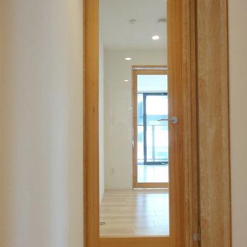 玄関入ってすぐのガラス戸にはさまれた空間は・・・※写真は同間取り7階のものを使用