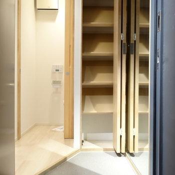 玄関にはシューズボックスとおっきな姿見※写真は同間取り7階のものを使用