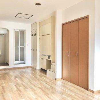 お風呂場の手前、1番奥の扉は給湯器が入っています。