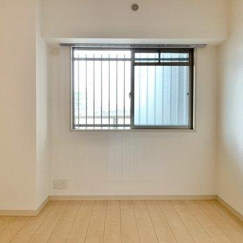 玄関側の洋室。テレビを置けます。エアコン設置は難しいかも。(※写真は2階の同間取り別部屋のものです)