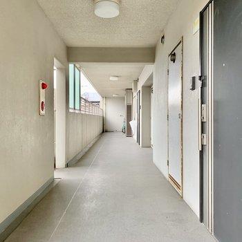 幅のある共用廊下。