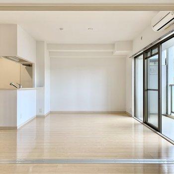 引き戸全開で広々!家具が置きやすそう!(※写真は2階の同間取り別部屋のものです)