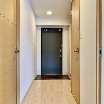 傘立ては玄関扉に磁石でくっつけるタイプのものがおすすめ。(※写真は2階の同間取り別部屋のものです)