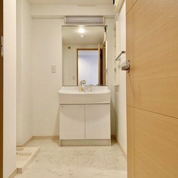独立洗面台の鏡が大きい!(※写真は2階の同間取り別部屋のものです)