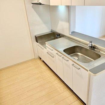 キッチン向かって後ろに冷蔵庫等を置けそうです◎(※写真は2階の同間取り別部屋のものです)