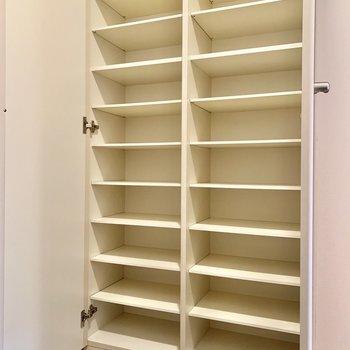 大容量のシューズボックス。(※写真は2階の同間取り別部屋のものです)