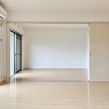 奥が洋室。リビングと洋室は4枚の引き戸で仕切るタイプ。(※写真は2階の同間取り別部屋のものです)