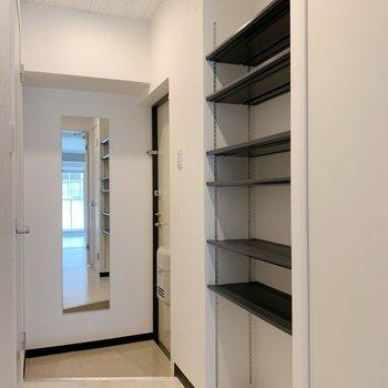 可動式の棚も。ここが靴置き場かな。(※写真は4階の反転間取り別部屋のものです)