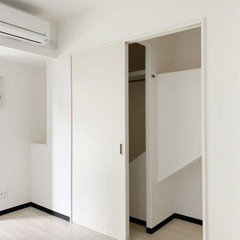 収納はかわった形!扉はどちらに寄せることも可能◎ (※写真は4階の反転間取り別部屋のものです)