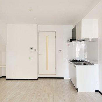 窓からのお部屋。キッチンは横にピッタリくっついてます。(※写真は4階の反転間取り別部屋のものです)