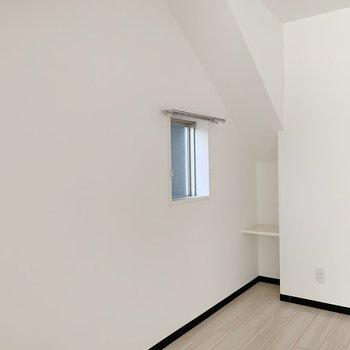 小窓の奥にはミニサイズの棚も。(※写真は4階の反転間取り別部屋のものです)