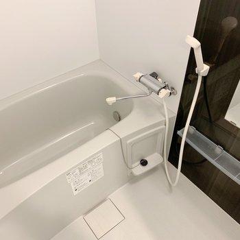 お風呂は普通サイズ。(※写真は4階の反転間取り別部屋のものです)