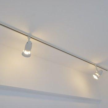 照明はちょっぴりお洒落なラインティングレール※写真へ同間取り別部屋のもの