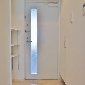 玄関は普通サイズ※写真へ同間取り別部屋のもの