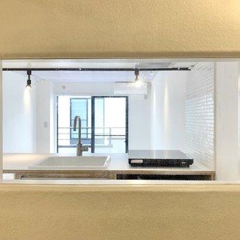 窓からは居室を見通すことができるんです。