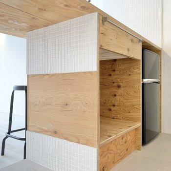 足元は収納と冷蔵庫スペースです。