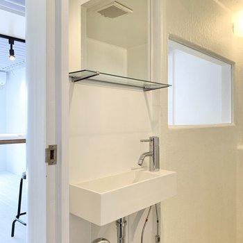 向かいにコンパクトな洗面台があります。