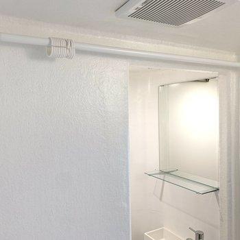 カーテンを取り付け、脱衣所との間に仕切りを設けることができます。