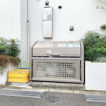 ゴミ置き場は通り沿いにあります。