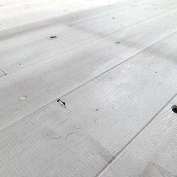 床は無垢材の上からペイントを施し、味のある雰囲気に。