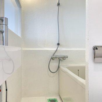 浴室は窓付きで開放感がありますよ。