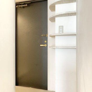 玄関スペースには、壁に沿うように靴を置ける棚があります。