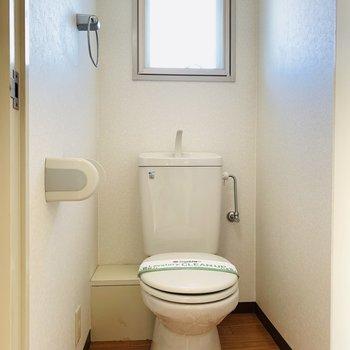 トイレには窓もついて、とても明るい空間に。(※写真は9階の同間取り別部屋のものです)